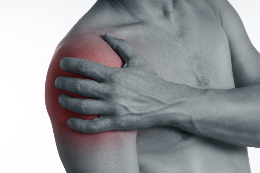 Mann mit Schulterschmerzen