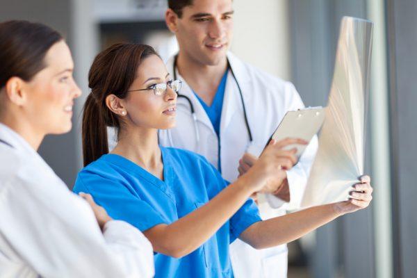 Ärzteteam bei der Diagnose